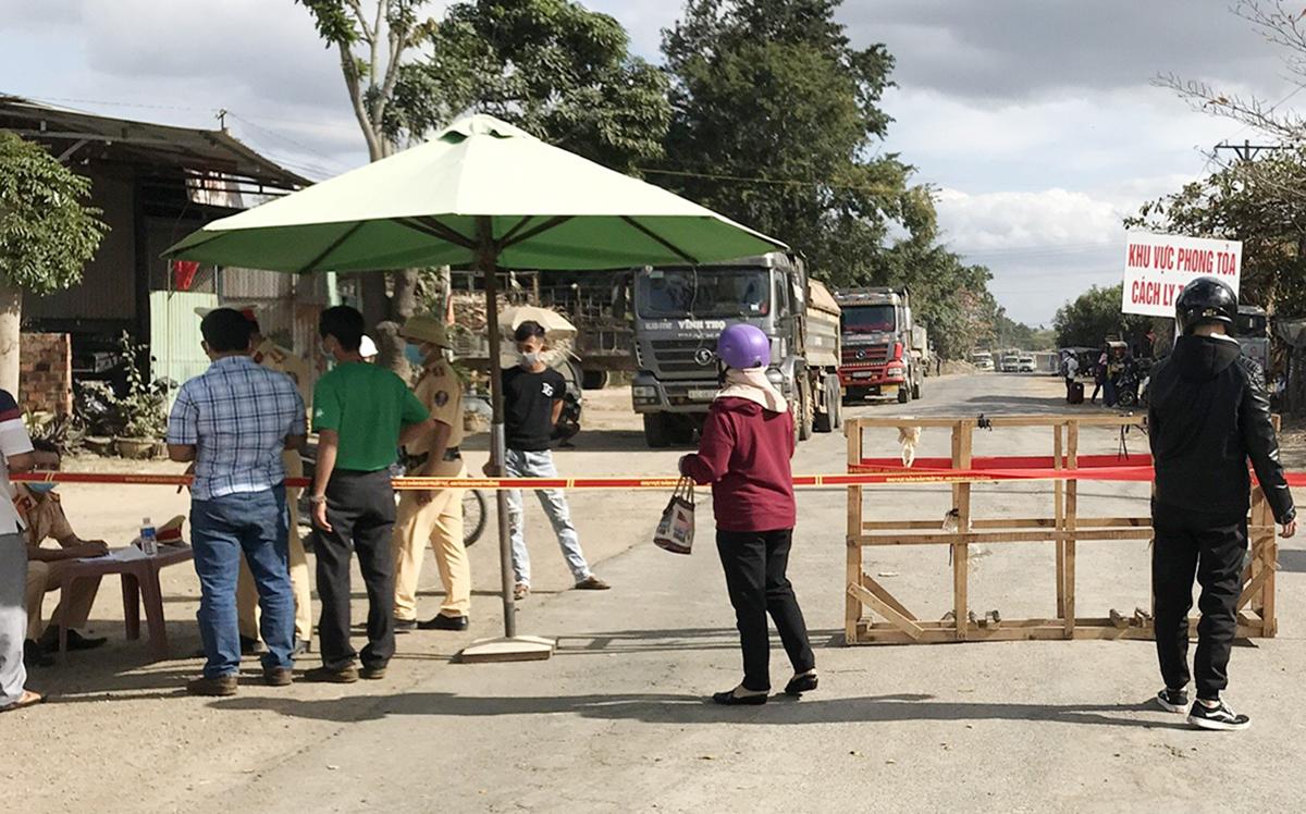 Lối vào phường Cheo Reo, thị xã Ayun Pa, bị phong tỏa. Ảnh: Ngọc Oanh.