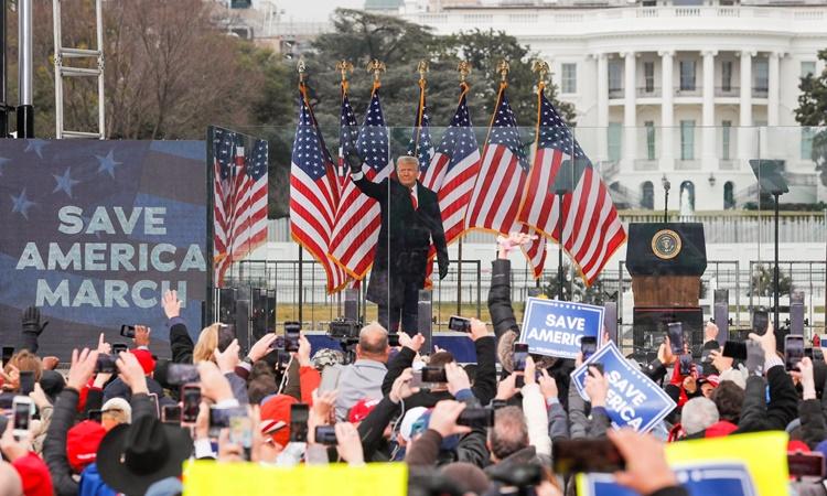 Cựu tổng thống Mỹ Donald Trump vẫy tay với người ủng hộ trong buổi mít tinh bên ngoài Nhà Trắng ngày 6/1. Ảnh: Reuters.