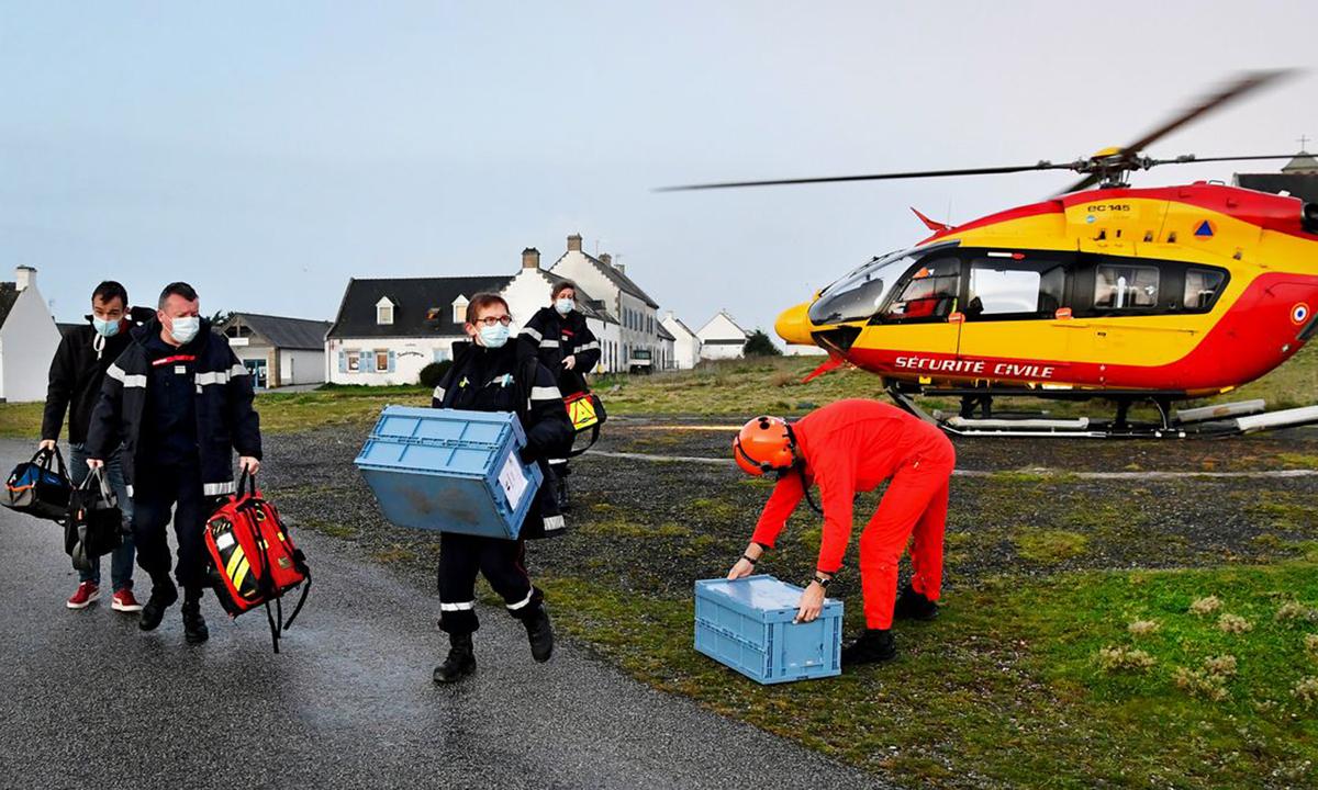 Nhân viên y tế mang vaccine đến Ile d'Hoedic, một hòn đảo nhỏ ở phía tây nước Pháp, hôm 29/1. Ảnh: AFP.