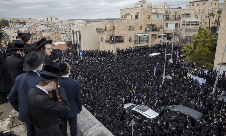 Hàng nghìn người tham dự đám tang của giáo sĩ Meshulam Soloveitchik ở Jerusalem, Israel, ngày 31/1. Ảnh: AP.