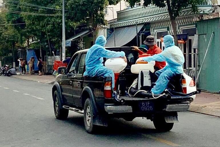 Ngành y tế Bình Dương phun thuốc khử trung khu vực phát hiện ca nghi nhiễm. Ảnh: Nguyệt Triều.