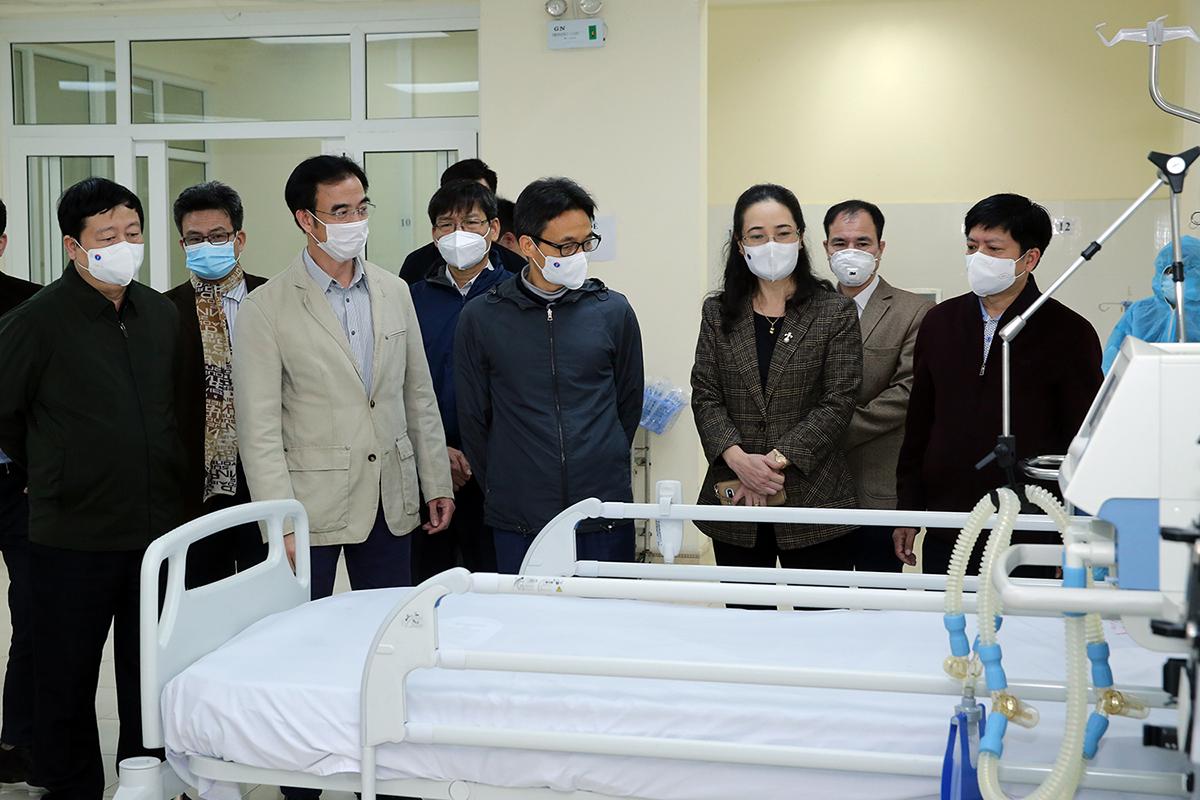 Phó Thủ tướng Vũ Đức Đam kiểm tra đơn vị điều trị bổ sung cho bệnh nhân Covid-19 tại Bệnh viện Đại học Y tế kỹ thuật Hải Dương, chiều 31/1. Ảnh: Đình Nam