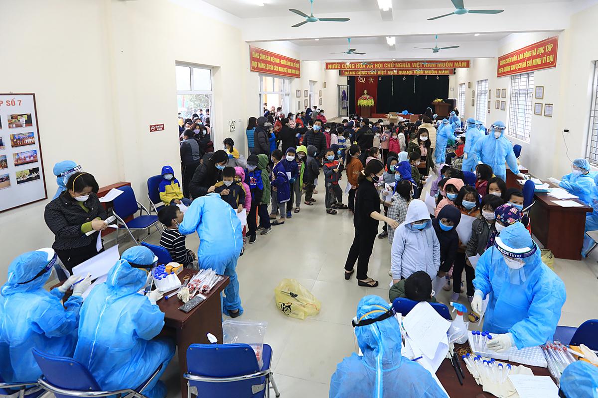 Hàng nghìn học sinh Tiểu học Xuân Phương được lấy mẫy xét nghiệm chiều 31/1, kết quả bước đầu cho thấy tất cả đều âm tính. Ảnh: Giang Huy.