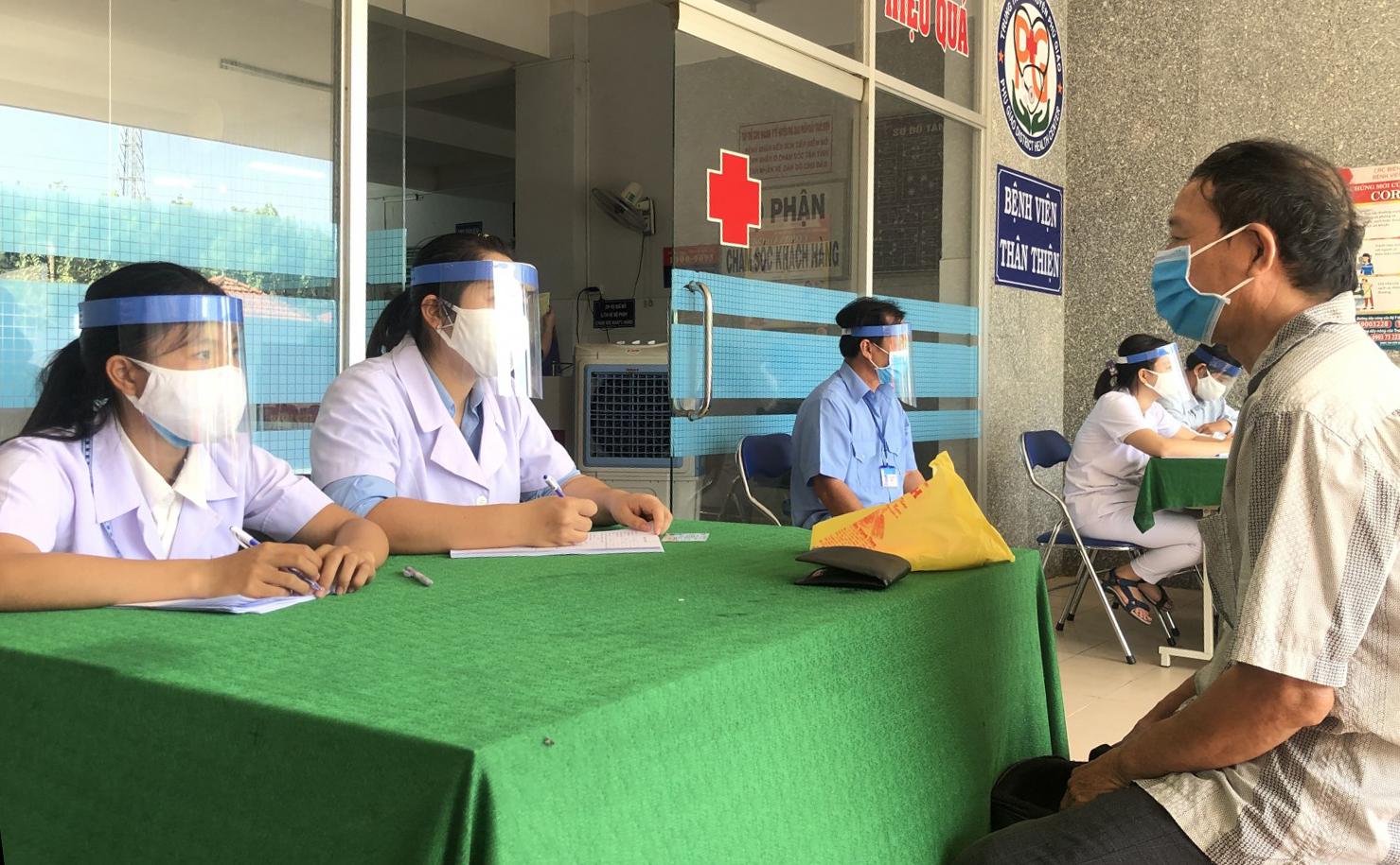 Trung tâm Y tế huyện Phú Giáo sàng lọc bệnh nhân covid-19. Ảnh: Báo Bình Dương