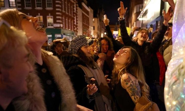 Người dân tụ tập trên phố khi các quán rượu đóng cửa ở Soho, thủ đô London, Anh, hồi tháng 12 năm ngoái. Ảnh: Reuters.