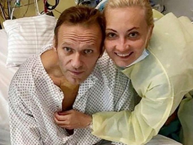 Nhà hoạt động đối lập Nga Alexei Navalny và vợ Yulia Navalnaya tại bệnh viện ở Berlin, Đức năm ngoái. Ảnh: Reuters.