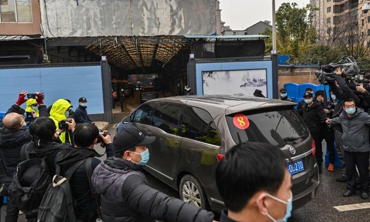 Xe chở nhóm điều tra WHO vào chợ hải sản Hoa Nam ở Vũ Hán, tỉnh Hồ Bắc, Trung Quốc hôm nay. Ảnh: AFP.