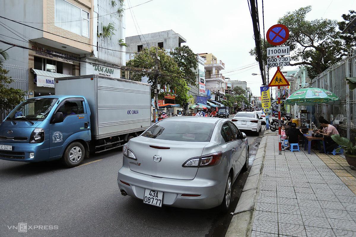 Đường Hoàng Hoa Thám cấm đỗ xe từ ngày 1/2. Ảnh: Nguyễn Đông.