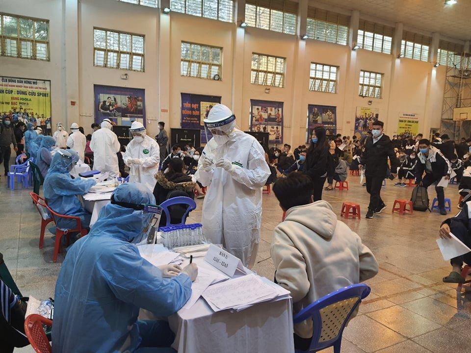 Khoảng 500 giáo viên và học sinh trường THPT Nguyễn Trãi (Ba Đình) đi tham quan, trải nghiệm tại TP Chí Linh, Hải Dương về phải lấy mẫu xét nghiệm chiều 30/1. Ảnh: Võ Hải.