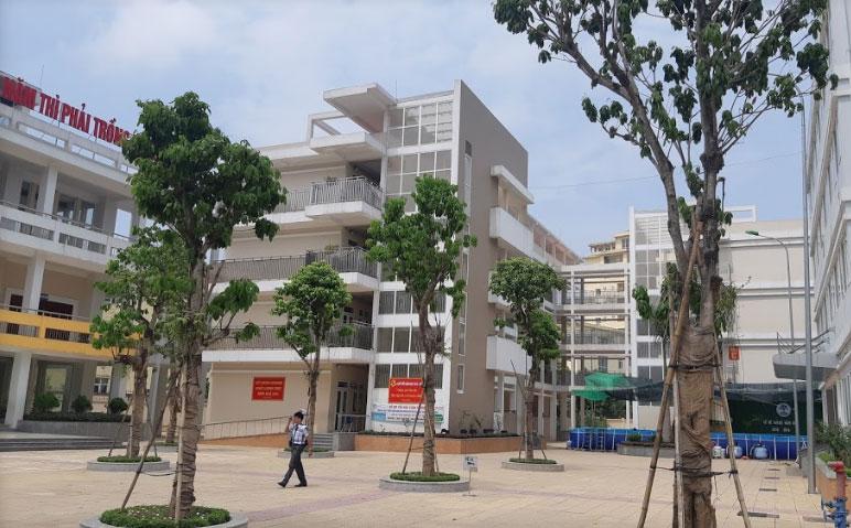 Khuôn viên trường Tiểu học Xuân Phương ở khu đô thị mới Xuân Phương, quận Nam Từ Liêm.