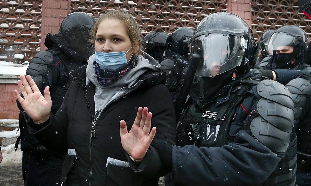 Cảnh sát bắt một người biểu tình gần nhà tù Matrosskaya Tishina hôm 31/1. Ảnh: AP