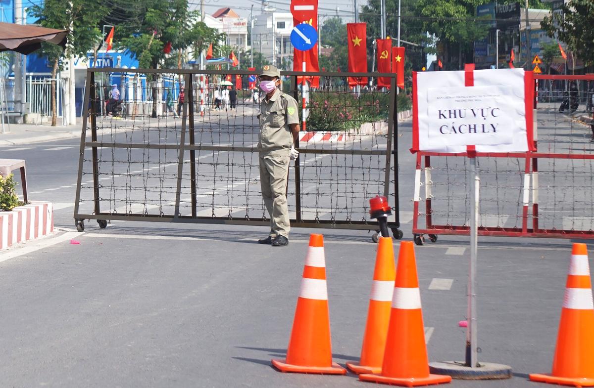 Đường Trần Văn Ơn dẫn vào Đại học Thủ Dầu Một bị phong tỏa. Ảnh: Nguyệt Triều.