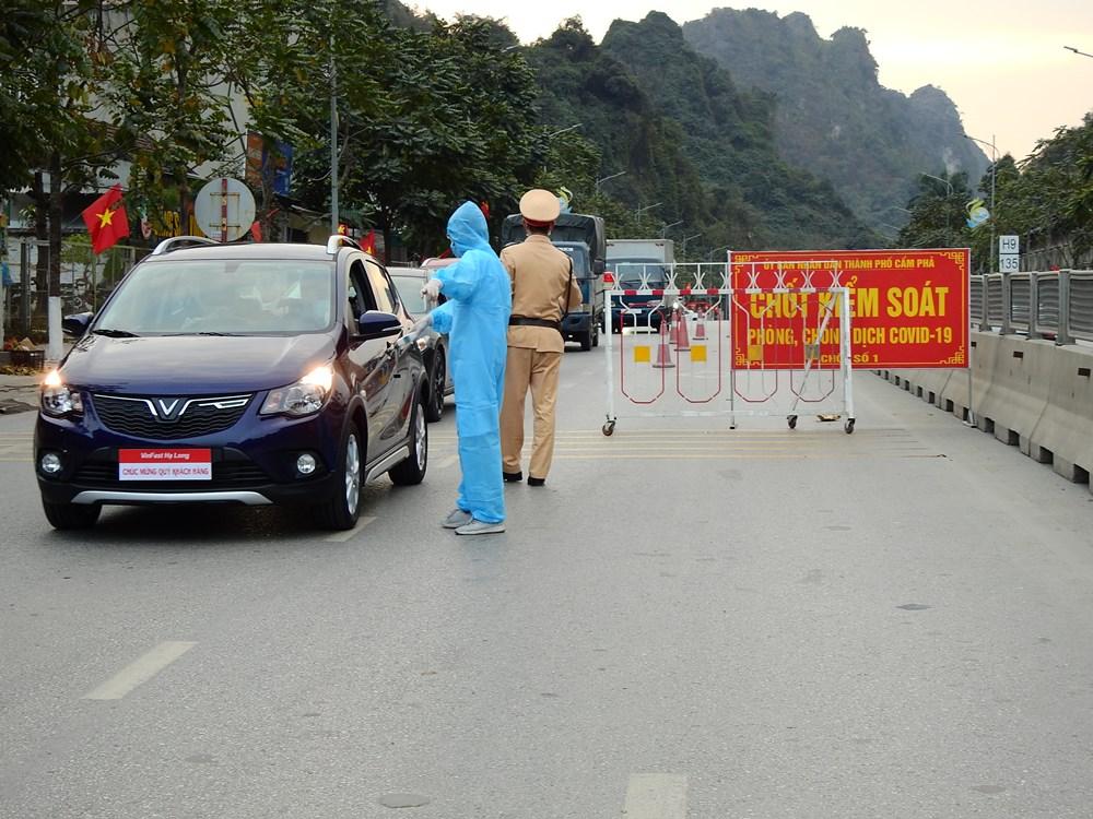 Chốt kiểm soát trên quốc lộ 18A, phường Qung Hanh, TP Cẩm Phả. Ảnh: Minh Cương