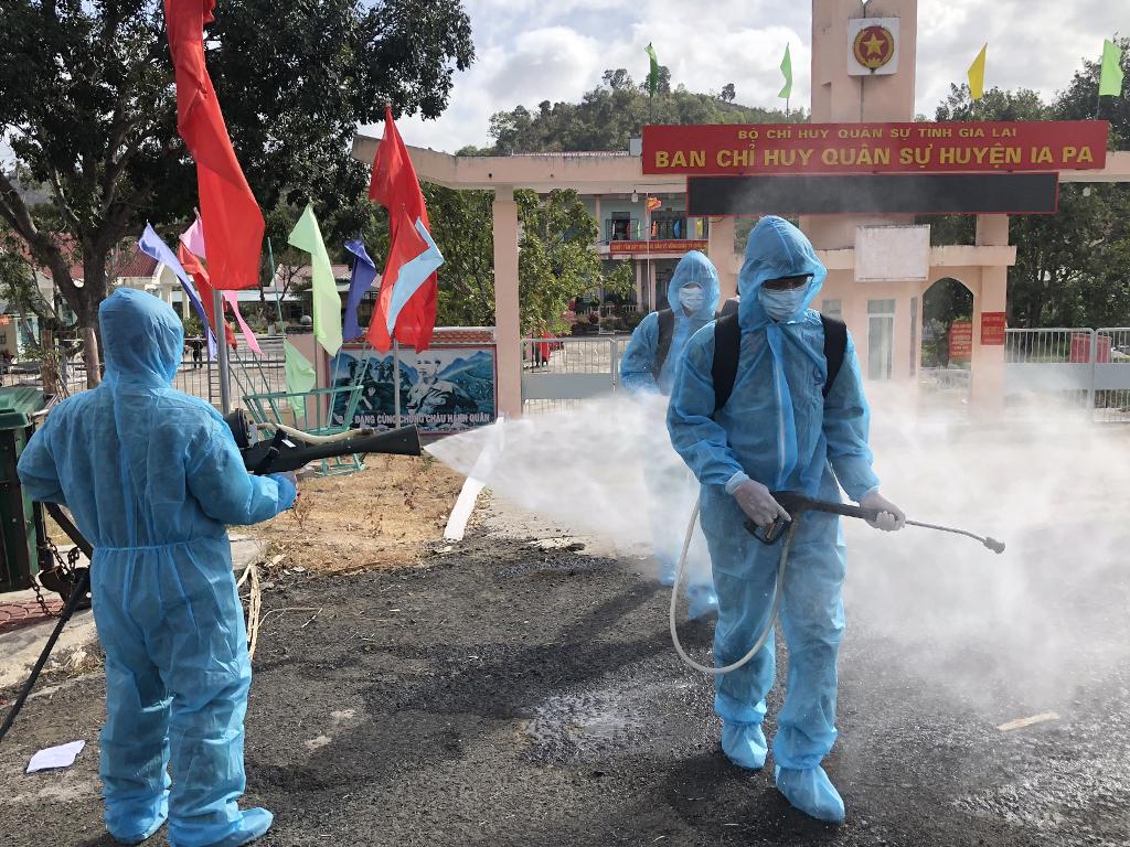 Quân đoàn 3 phun hóa chất khử khuẩn ở huyện Ia Pa, hôm 31/1. Ảnh: Ngọc Oanh.