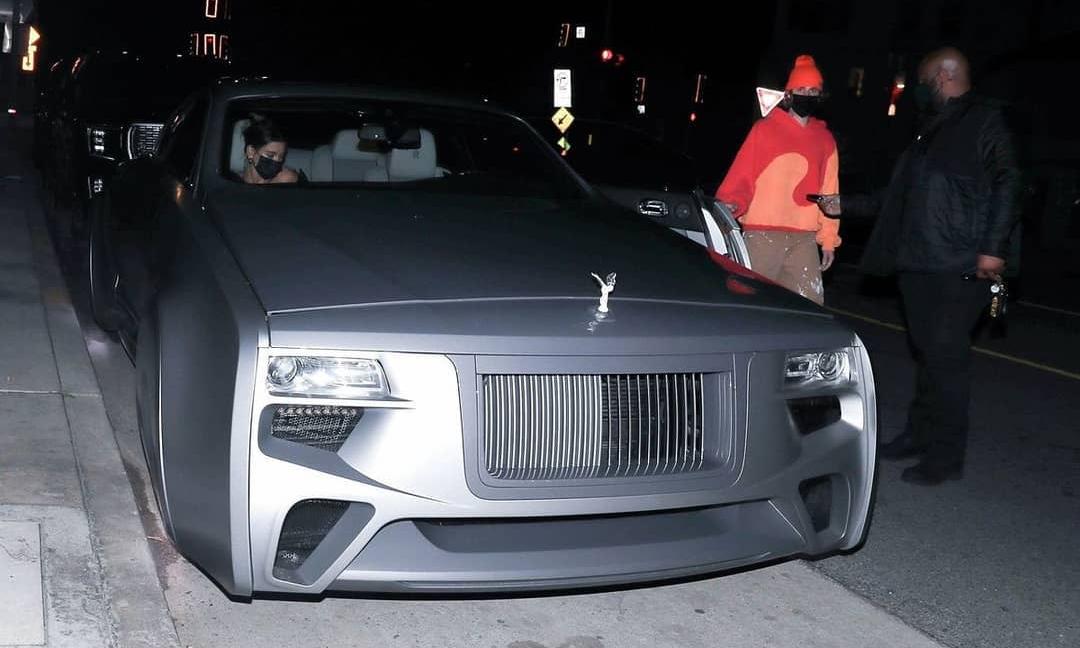 Justin Bieber bước xuống từ chiếc Rolls-Royce lạ. Ảnh: Justin Bieber News