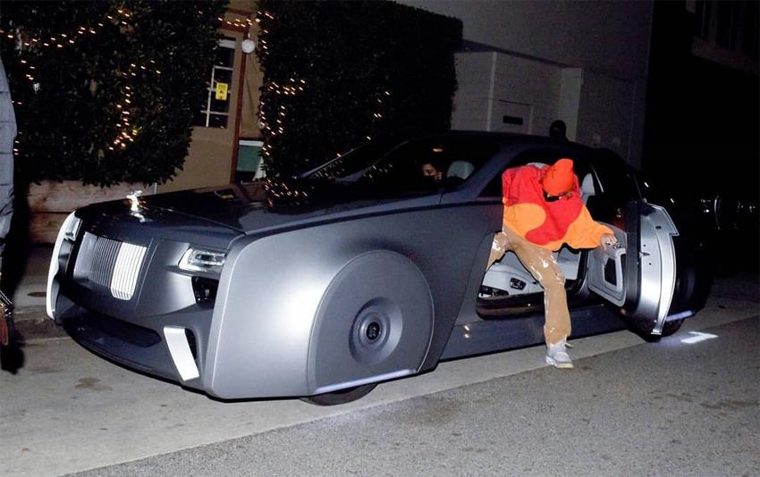 Justin Biebber bước xuống từ chiếc Rolls-Royce. Cũng là kiểu mở ngược đặc trưng của thương hiệu siêu sang. Ảnh: Justin Bieber News