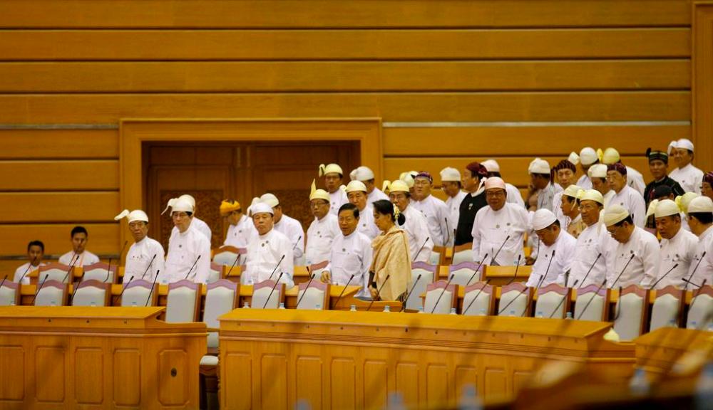 Cố vấn Nhà nước Myanmar Suu Kyi (áo vàng) tại quốc hội trong cuộc họp ngày 29/1/2016. Ảnh: Reuters.