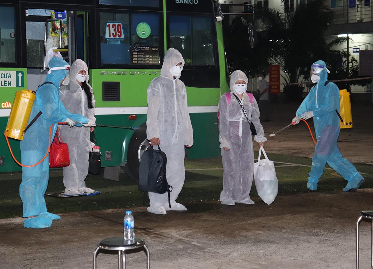 Công nhân trở về từ Đài Loan được đưa đến cách ly tại huyện Long Thành năm 2020. Ảnh: Thái Hà