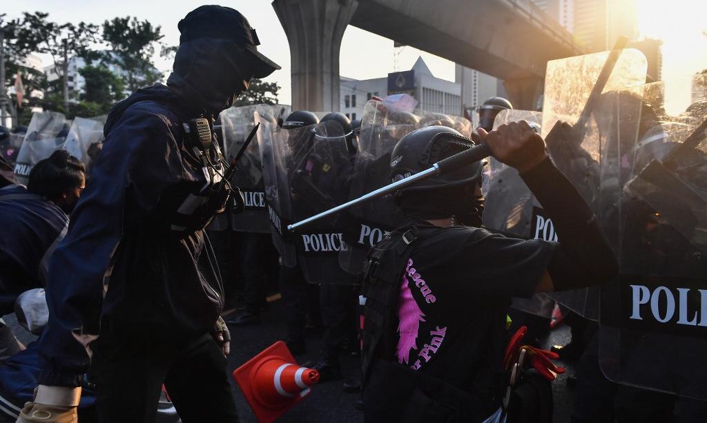 Người biểu tình đụng độ cảnh sát tại Bangkok chiều 1/2. Ảnh: AFP.