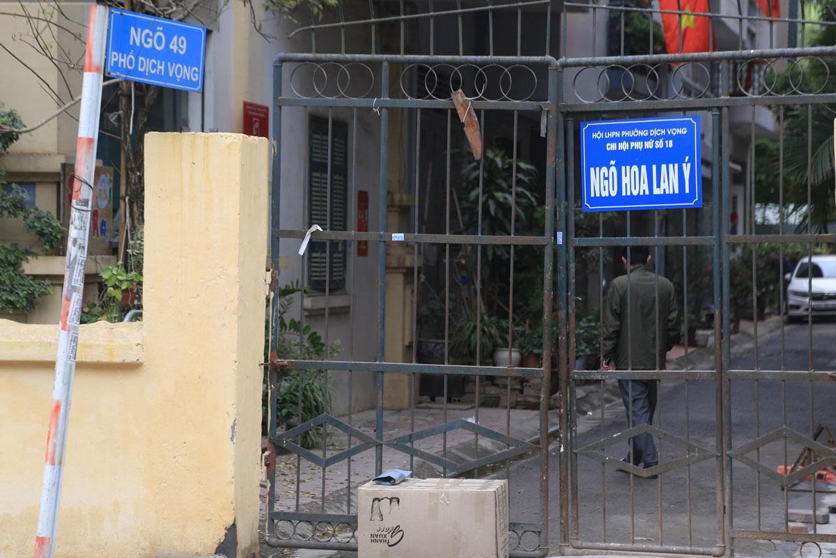 Ngõ 49 phố Dịch Vọng được cách ly trưa 2/1. Ảnh: Ngọc Thắng