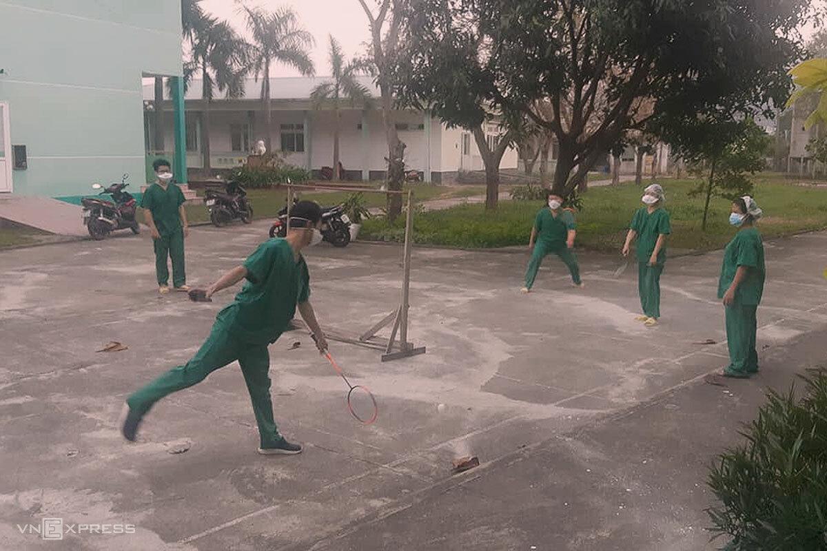 Các bác sĩ chăm sóc cho các bệnh nhân Covid-19 tại Bệnh viện Phổi Đà Nẵng trong giờ chơi thể thao. Ảnh: Bác sĩ Đồng.
