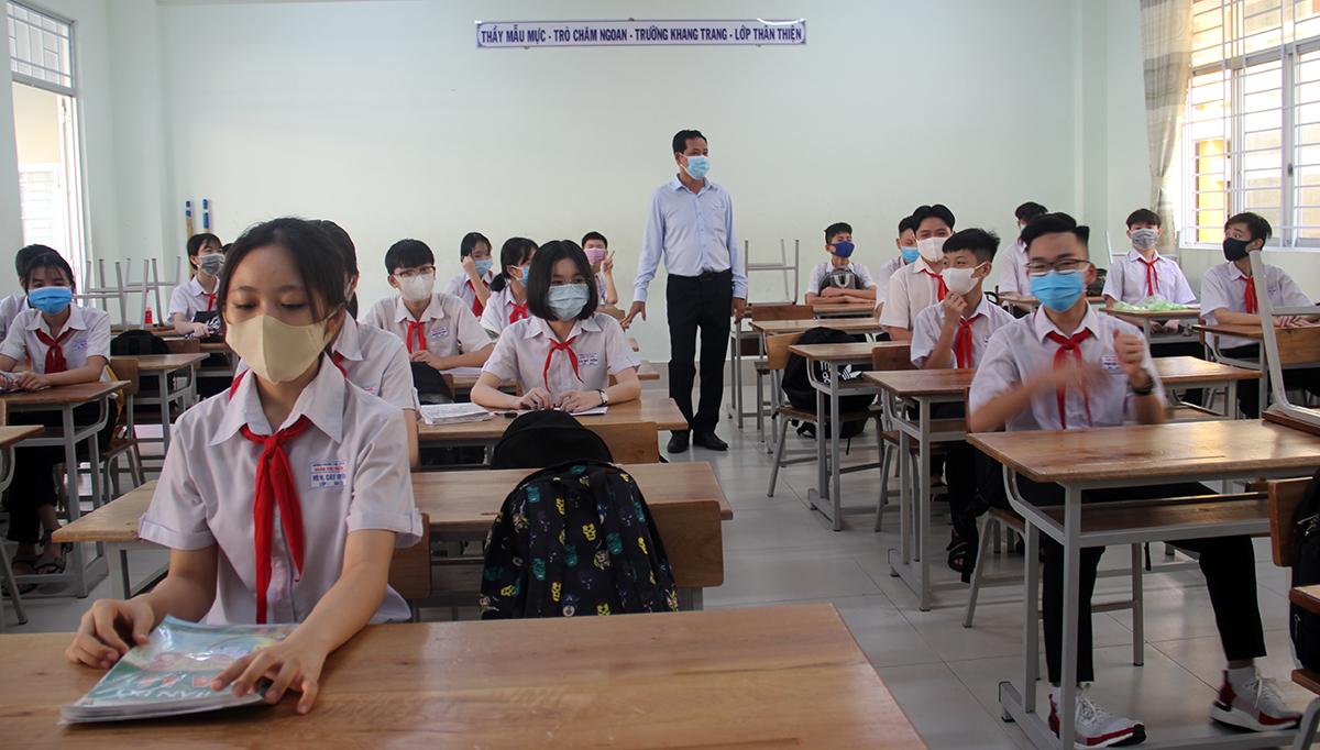 Học sinh Trường THCS Đoàn Thị Điểm ở TP Cần Thơ ngồi giãn cách hồi tháng 5/2020. Ảnh: Cửu Long
