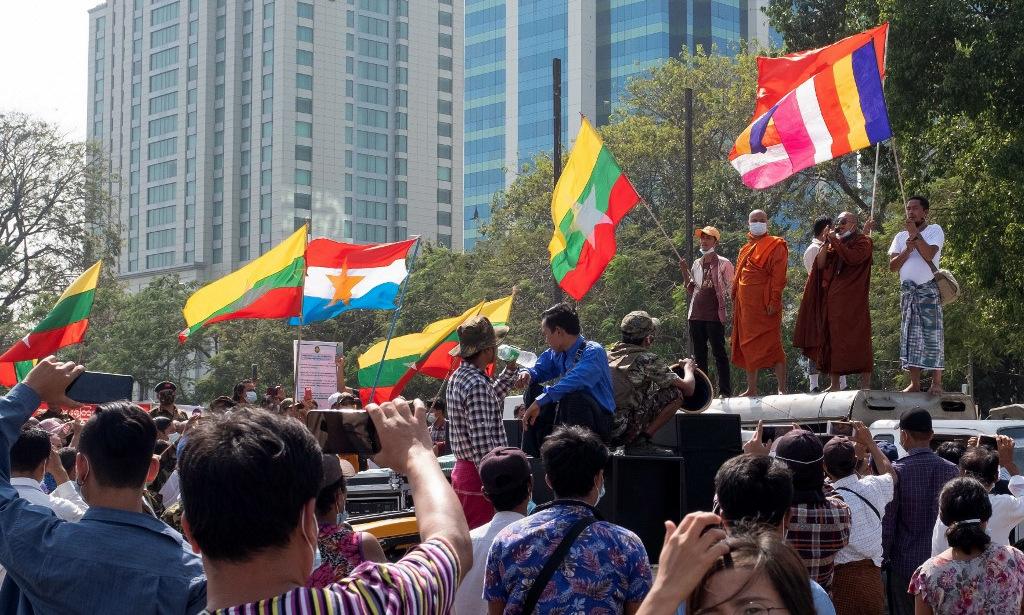 Người ủng hộ tướng Min Aung Hlaing xuống đường tại Yangon hôm 1/2. Ảnh: AFP.