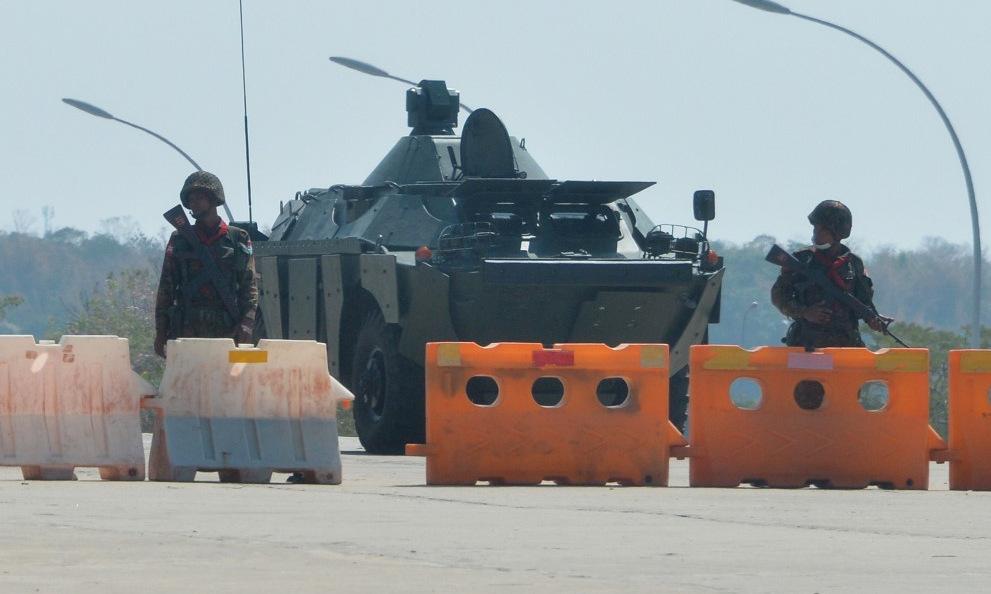 Một chốt kiểm soát của quân đội tại thủ đô Naypyidaw hôm 1/2. Ảnh: AFP.