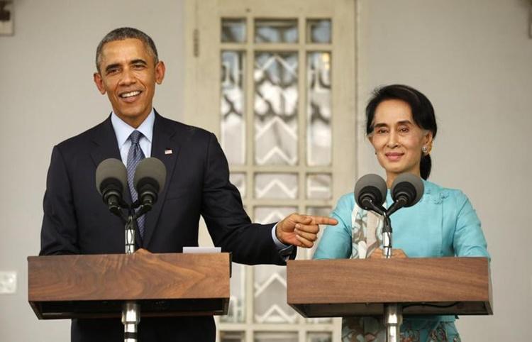 Tổng thống Mỹ Barack Obama và lãnh đạo đảng LND Aung San Suu Kyi tổ chức họp báo tại nơi ở của bà ở Yangon hồi tháng 11/2014. Ảnh: Reuters.