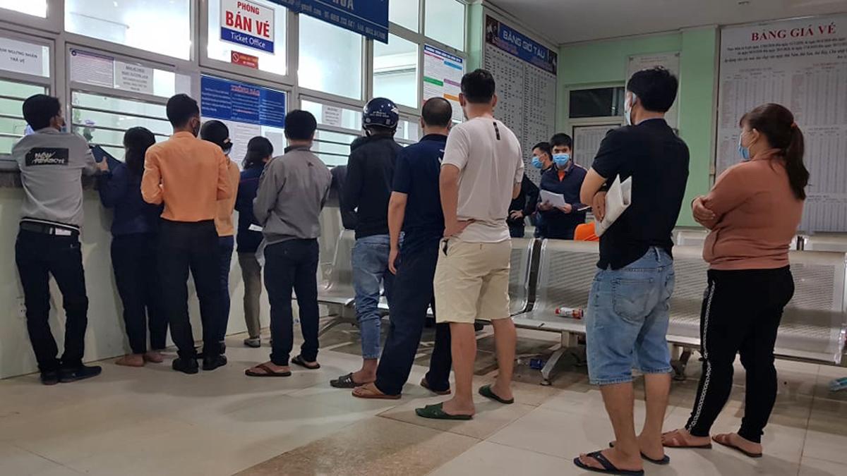 Khách xếp hàng chờ trả vé tại ga Biên Hoà tối 1/2. Ảnh: Phước Tuấn.