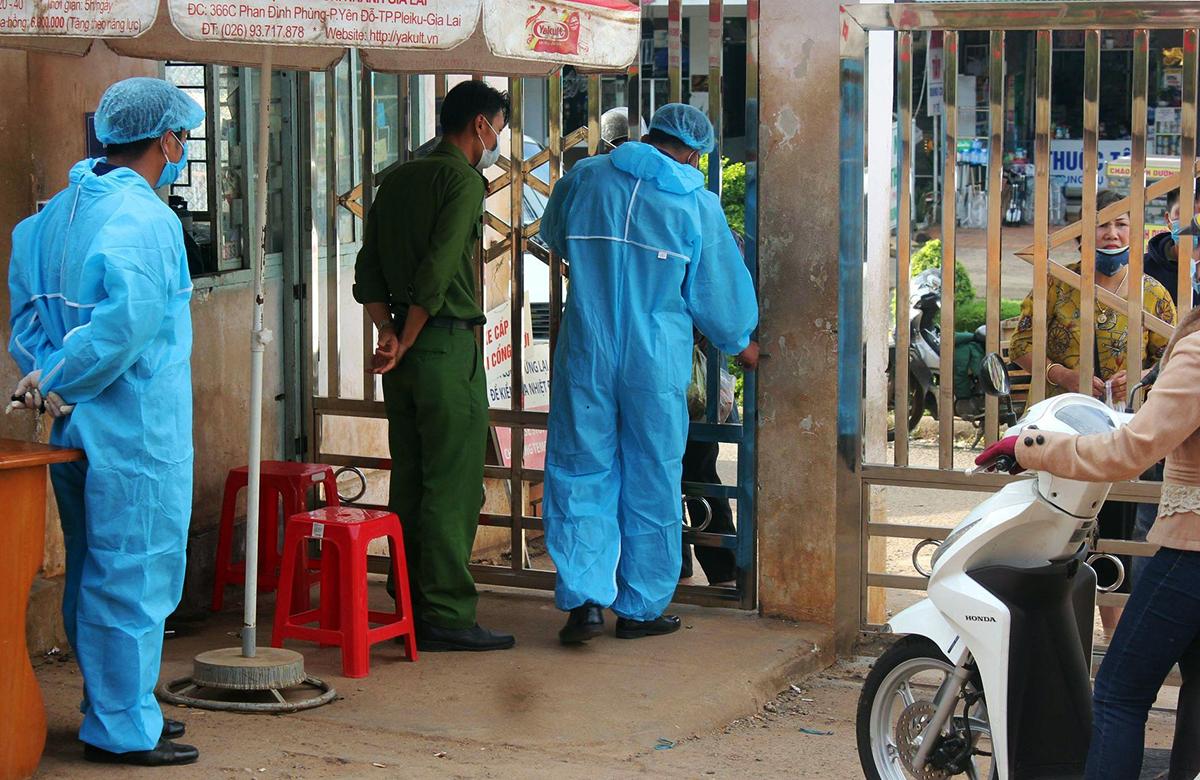 Bệnh viện đa khoa Gia Lai bị phong tỏa, sáng 2/2. Ảnh: Trần Hóa.