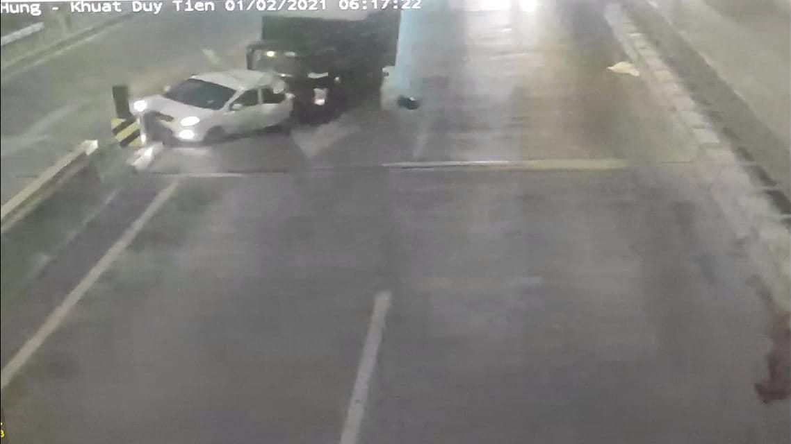 Chiếc xe tải từ phía sau đi tới đâm vào chiếc xe đi lùi.