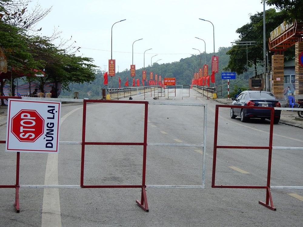 Điểm chốt kiểm soát tại cầu Vân Đồn 1 giáp với TP Cẩm Phả với hai lớp rào chắn. Ảnh: Minh Cương