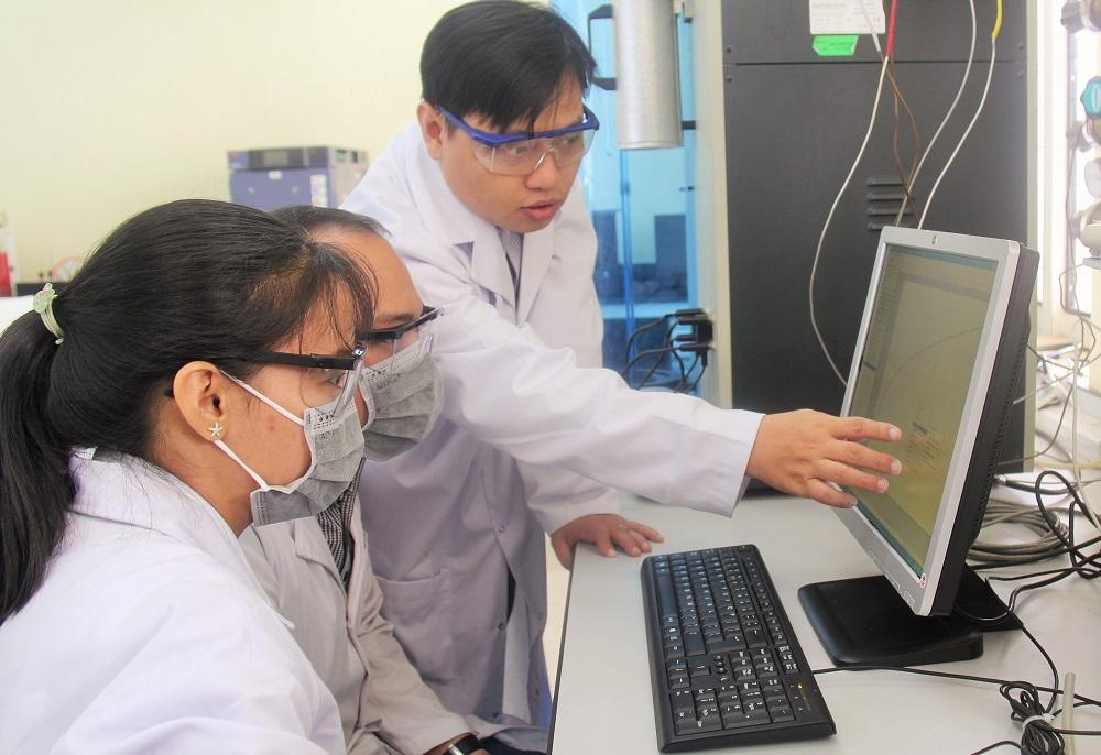 TS Tân và cộng sự làm việc tại phòng thí nghiệm. Ảnh: Minh Châu.