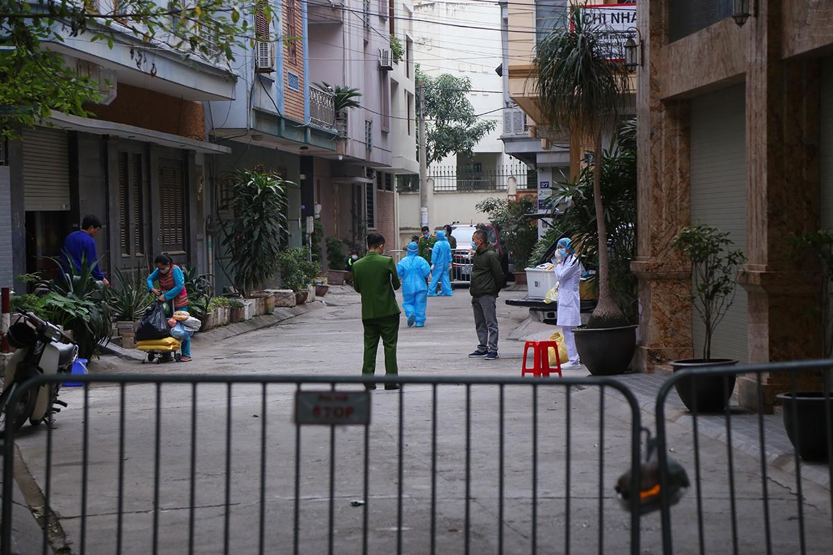 Khu phố ở ngõ 86 Duy Tân bị phong toả sáng nay. Ảnh: Phạm Dự.