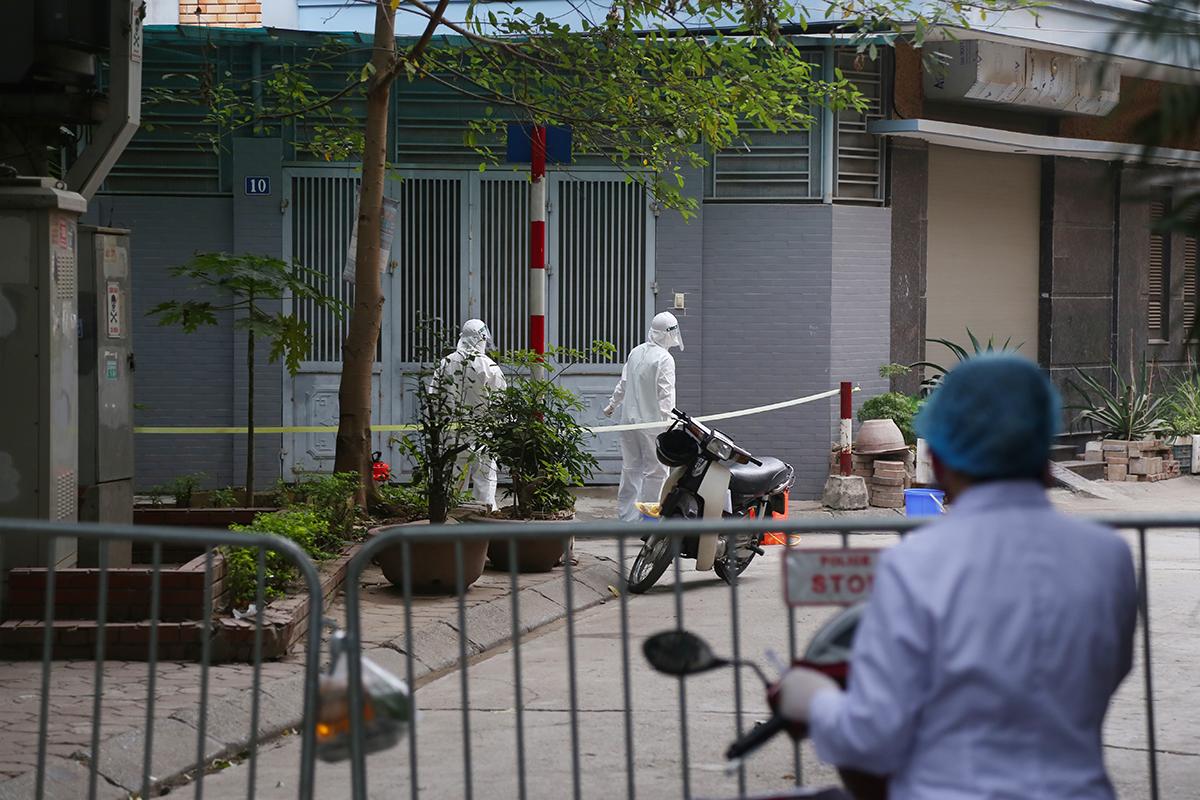 Nhà chức trách phun khử khuẩn khu dân cư ở phố Duy Tân. Ảnh: Phạm Dự.