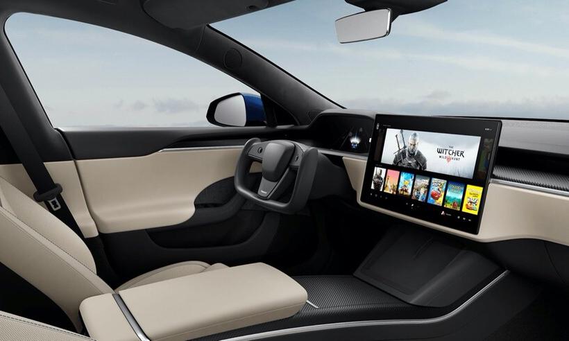 Model S bản nâng cấp với vô-lăng tứ giác không bút bấm, không có sự xuất hiện của cần số ở khu vực điều khiển. Màn hình cảm ứng cỡ lớn. Ảnh: Tesla