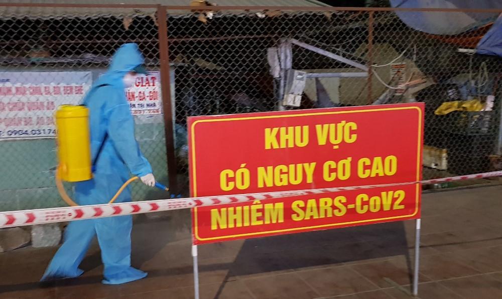 Nhà chức trách phun khử khuẩn tại chợ Cao Thắng. Ảnh: Minh Cương