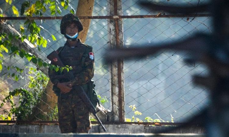 Một binh sĩ đứng gác tại nhà khách, nơi cư trú của các nghị sĩ quốc hội tại thủ đô Naypyidaw hôm nay. Ảnh: AFP.
