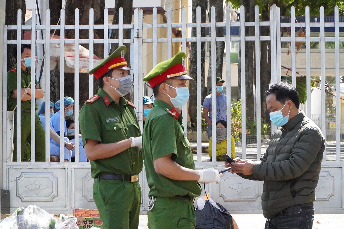 Cảnh sát chốt chặn tại cổng số hai, Bệnh viện đa khoa tỉnh Gia Lai, sáng 2/2. Ảnh: Trần Hóa.
