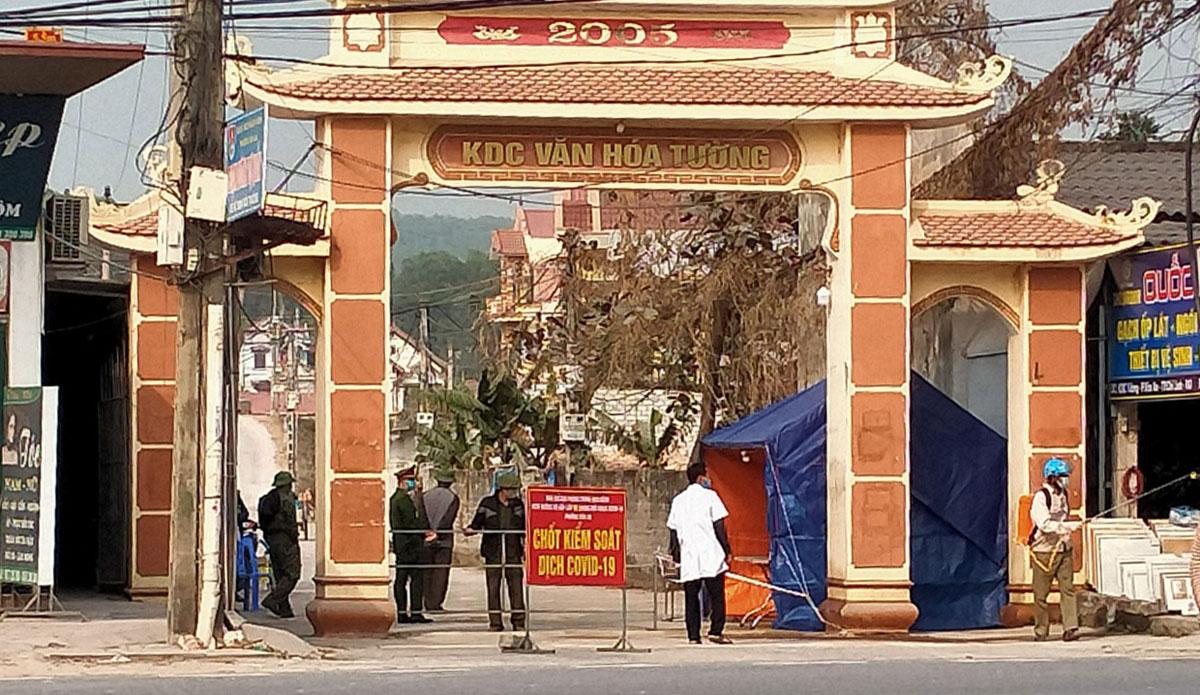 Chốt kiểm dịch tại một khu dân cư ở TP Chí Linh. Ảnh: Lê Lan