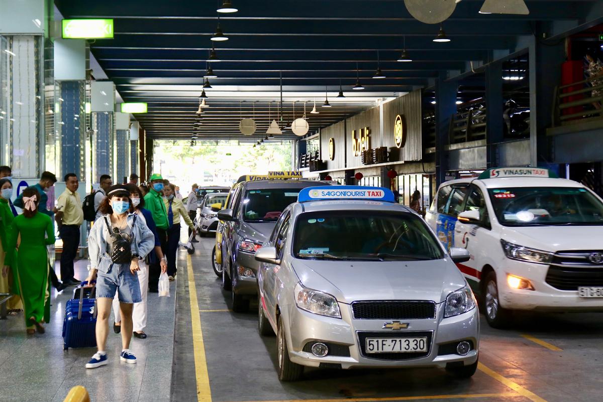 Hành khách đón taxi ở làn D trong nhà xe TCP sân bay Tân Sơn Nhất, tháng 11/2020. Ảnh: Gia Minh.