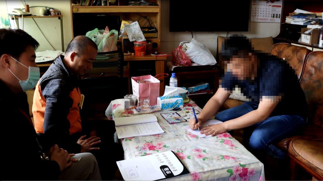 Giới chức làm việc với người đàn ông bị bắt cóc nhầm trong thời gian tự cách ly ở thành phố Nam Đầu, Đài Loan. Ảnh: Changhua Branch of the Ministry of Justices Administrative Enforcement Agency.