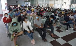 Người dân đến ga Sài Gòn trả vé Tết
