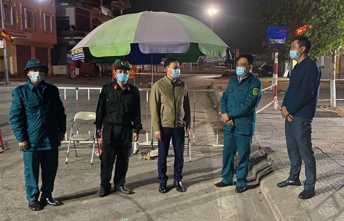 Đêm 1/2, ông Trương Mạnh Hùng, Chủ tịch UBND huyện Vân Đồn (đứng giữa) đi kiểm tra các chốt kiểm soát.