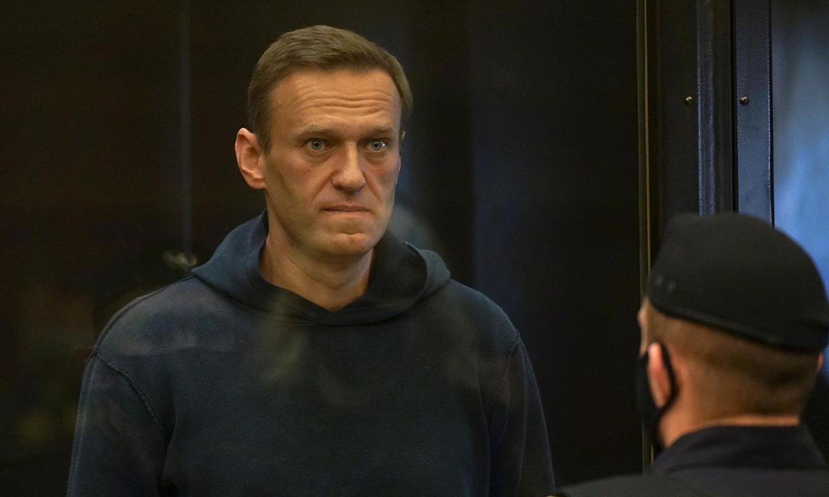 Nhà hoạt động đối lập Nga Alexei Navalny tham dự phiên tòa ở Moskva hôm 2/2. Ảnh: Reuters.
