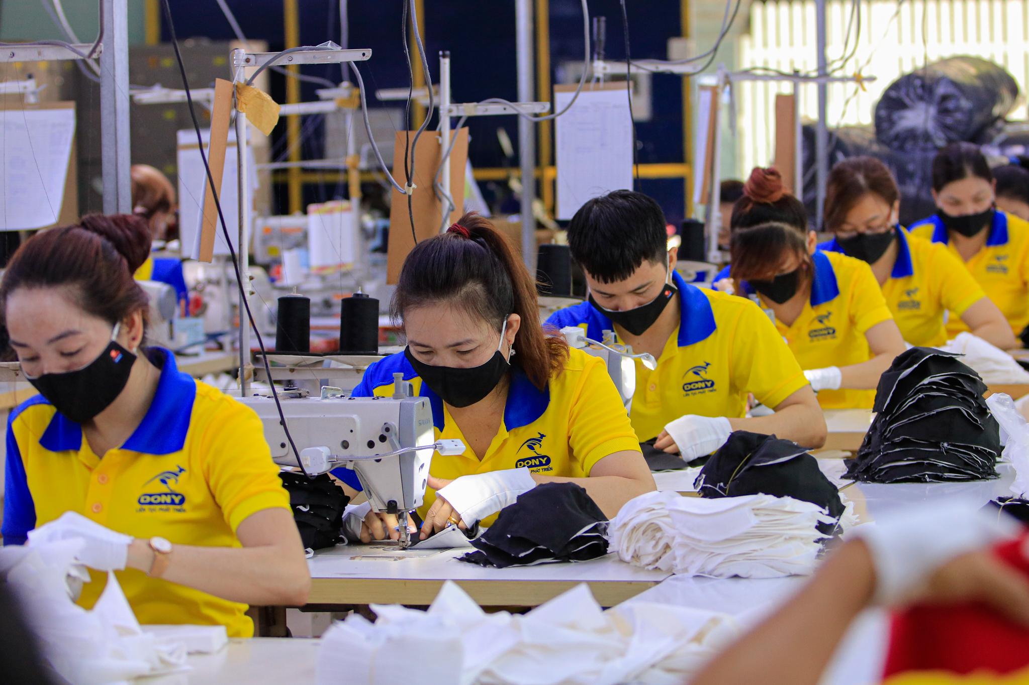 Công nhân của một doanh nghiệp ở quận Tân Bình, TP HCM may khẩu trang kháng khuẩn để xuất khẩu sang các nước Trung Đông. Ảnh chụp ngày 21/4/2020. Ảnh: Nguyệt Nhi