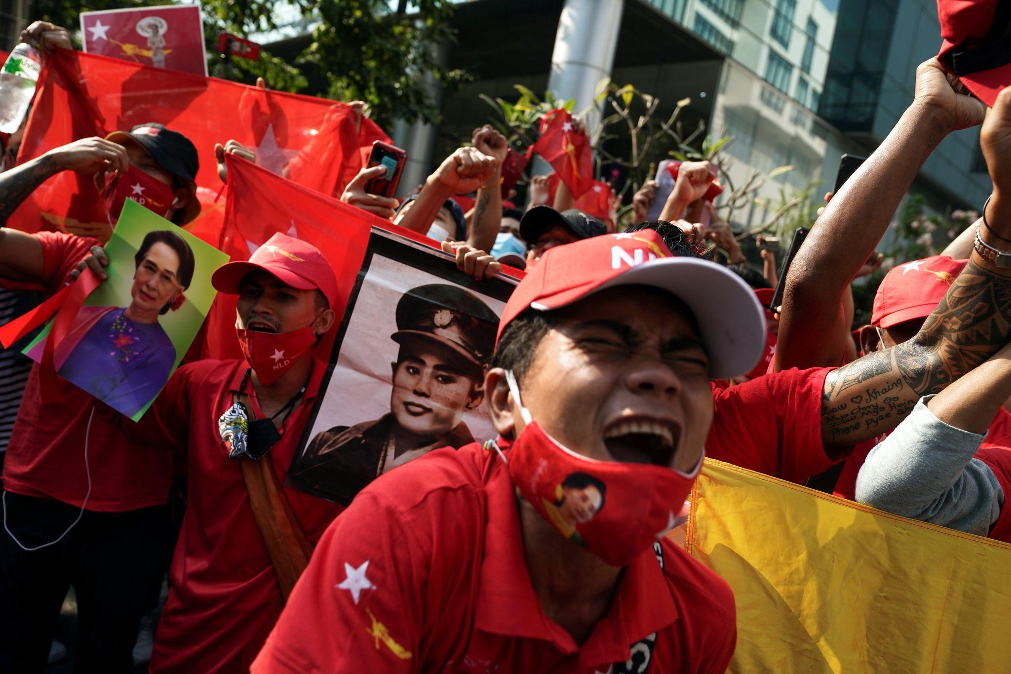 Người ủng hộ NLD biểu tình trước đại sứ quán Myanmar tại thủ đô Bangkok của Thái Lan sau vụ đảo chính. Ảnh: Reuters.