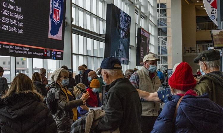 Hàng trăm người, chủ yếu là người cao tuổi, được tiêm chủng vaccine Covid-19 tại một sân vận động ở bang Massachusetts, Mỹ hôm 1/2. Ảnh: AFP.