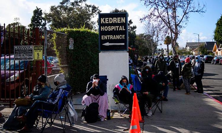 Dòng người xếp hàng chờ đợi vaccine Covid-19 thừa tại trung tâm y tế cộng đồng Kedren ở Los Angeles hôm 25/1. Ảnh: AFP.